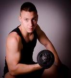 Человек фитнеса с гантелью. Стоковые Фотографии RF