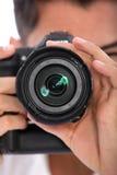 Человек фокусируя его камеру Стоковое фото RF