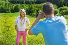 Человек фотографирует девушку Стоковые Изображения RF