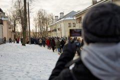 Человек фотографирует толпу людей Стоковая Фотография