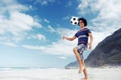 Человек футбола пляжа Стоковая Фотография