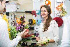 Человек цветков женщины предлагая Стоковые Фото