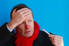 Человек читает ужаснул его высокую температуру Стоковые Фото