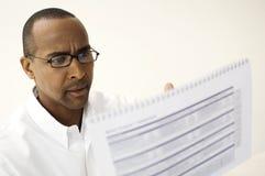 Человек читая документ Стоковые Изображения RF