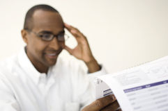 Человек читая документ Стоковые Фотографии RF
