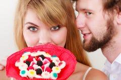 Человек шепча к уху женщины деля секрет Стоковые Фотографии RF