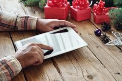 Человек щелкает дальше крупный план экрана планшета Стоковая Фотография