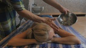 Человек льет тело ` s девушки с водой в ванне акции видеоматериалы