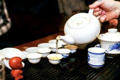 Человек льет чай во время церемонии чая Стоковая Фотография
