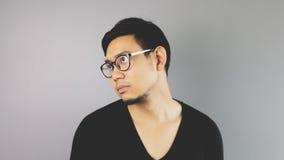 Человек Asain с серой предпосылкой стоковые изображения rf
