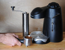Человек Barista подготавливает кофе в машине кофе на деревянной предпосылке Стоковые Фото