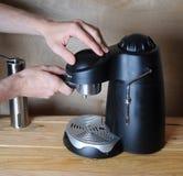Человек Barista подготавливает кофе в машине кофе на деревянной предпосылке Стоковые Изображения
