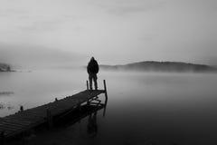 Человек Bw на деревянном мосте Стоковое Фото