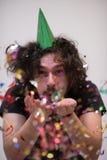 Человек Confetti на партии стоковое фото