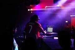 Человек Dogg - DJ работая на компьтер-книжке Стоковое фото RF