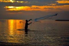 человек fisher в заходе солнца Стоковое Изображение