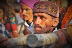Человек Himachali нося Devta& x27; palanquin s во время Shivratri Стоковые Изображения