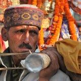 Человек Himachali нося palanquin Devta во время Shivratri Стоковое фото RF