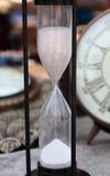 человек hourglass часов предпосылки обнимая серый покрасил супоросых женщин живота песка Стоковые Фотографии RF