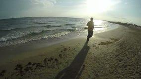 Человек jogging вдоль линии моря сток-видео