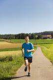 Человек jogging outdoors стоковое фото