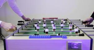 человек 4K играя футбол таблицы акции видеоматериалы