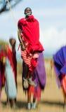 Человек Masai племени показывает ритуальные скачки Стоковые Фото