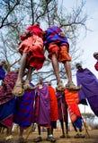 Человек Masai племени показывает ритуальные скачки Стоковое Изображение RF