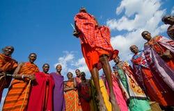 Человек Masai племени показывает ритуальные скачки Стоковые Фотографии RF