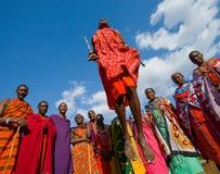 Человек Masai племени показывает ритуальные скачки Стоковая Фотография RF