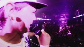 Человек Mc выполняет на этапе с девушкой Люди танцуя на партии в ночном клубе света видеоматериал