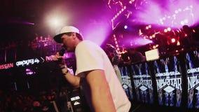 Человек Mc выполняет на этапе с мальчиками Толпит люди танцуя на партии в ночном клубе видеоматериал