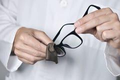 Человек Optician очищая пару eyeglasses Стоковая Фотография RF