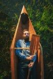 Человек Portrair красивый лежа с затвором в каное Стоковые Фото