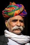 Человек Rajasthani нося традиционный красочный тюрбан Стоковое Изображение RF