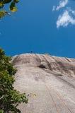 Человек Rappelling от скалы Стоковое Изображение RF