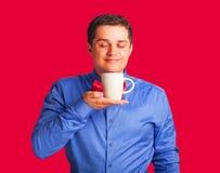 человек s чашки счастливый смотря Стоковая Фотография RF