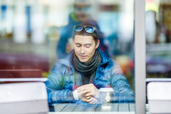 Человек Smilling с чашкой кофе в кафе Стоковое Изображение RF