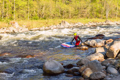 Человек supsurfing на речных порогах реки горы стоковое фото rf