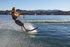 Человек Wakeboarding на озере Стоковая Фотография
