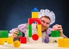 Человек weared как играть младенца стоковое фото rf