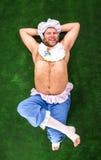 Человек weared как младенец на траве стоковые фотографии rf