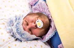 Человек weared как спать младенца стоковые изображения rf