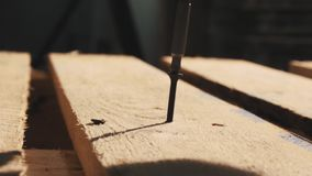 Человек Woodworker кладет винт в деревянную структуру паллета в мастерской акции видеоматериалы