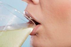 Человеческая пилюлька питья растворенная в воде здоровье внимательности рукояток изолировало запаздывания Стоковое Изображение