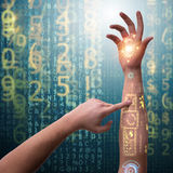 Человеческая робототехническая рука в футуристической концепции Стоковое Изображение