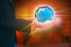 Человеческая рука держа нашу землю планеты Стоковые Изображения