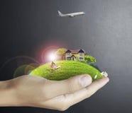 Человеческая рука держа природу ands дома бесплатная иллюстрация