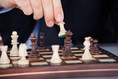 Человеческая рука играя шахмат Стоковые Фото