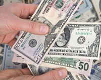 Человеческая рука подсчитывая счеты доллара США Стоковое Изображение RF